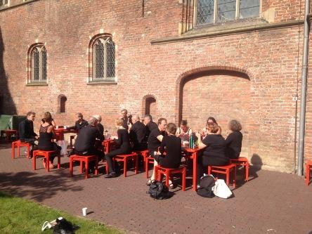 Lunchpauze in de zon bij het Centraal Museum